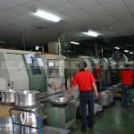 工場内では沢山のスタッフが働いています。
